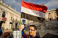 Roma 15 Ottobre 2015<br /> La Rete No War insieme con cittadini yemeniti manifesta in piazza del Campidoglio contro l'Arabia Saudita per l'intervento millitare nello Yemen, per il suo sostegno al terrorismo in Siria e Iraq e per la condanna alla decapitazione e crocifissione di Ali al-Nimr.Manifestante con la bandiera dello Yemen.<br /> Rome 15 October 2015<br /> Network No War together with Yemeni citizens manifested in Campidoglio square against Saudi Arabia for the millitary intervention in Yemen, for its support of terrorism in Syria and Iraq and for the sentence to beheading and crucifixion of Ali al-Nimr. Protester with the flag of Yemen