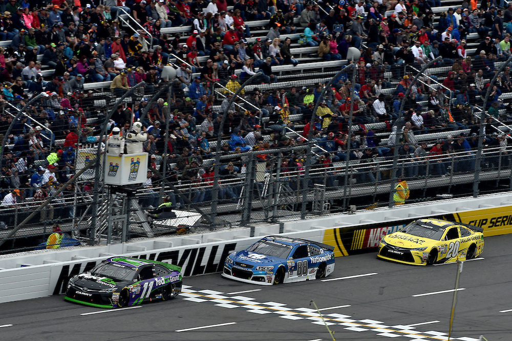 30 October - 1 November, 2015, Martinsville, Virginia USA<br /> Denny Hamlin, FedEx Ground Toyota Camry, Dale Earnhardt Jr, Paul Menard<br /> &copy;2015 Scott R LePage <br /> LAT Photo USA