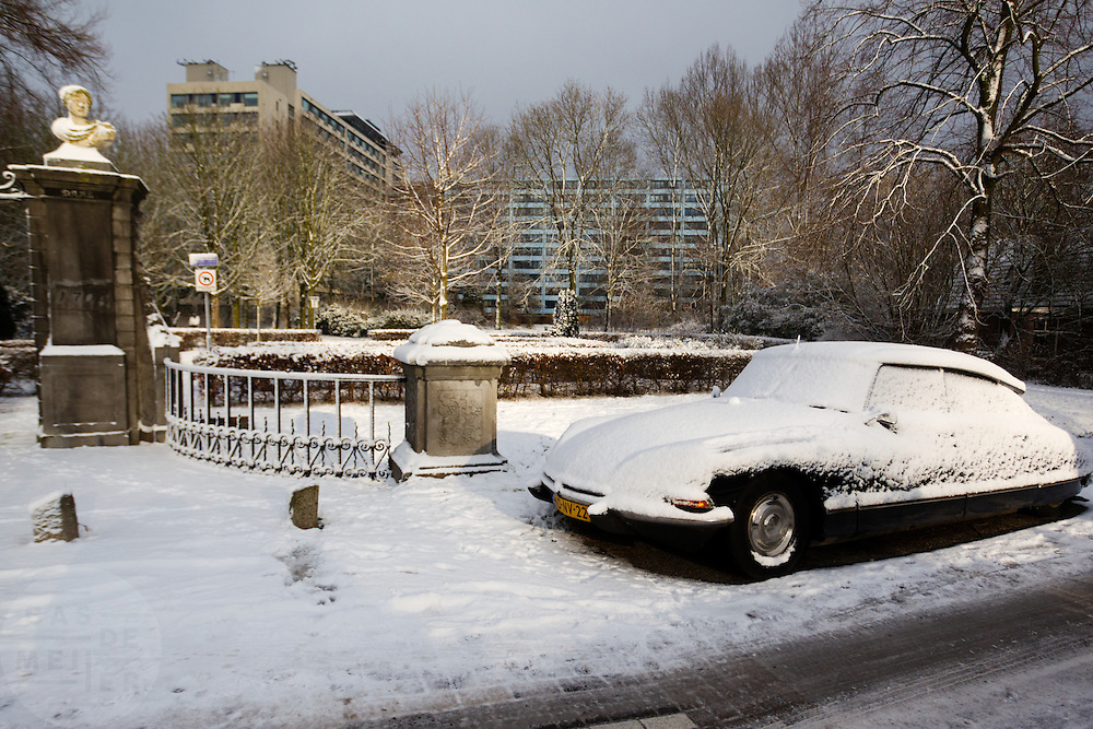 Een oude Citroën DS, ook wel Snoek genoemd, staat in de sneeuw bij de Vechtdijk in Utrecht.<br /> <br /> An old Citroën DS in the snow at the Vechtdijk in Utrecht
