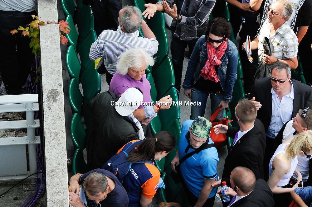 Incident sur le Court Philippe Chatrier  / Une tole de couverture du panneau de score s&acirc;&euro;&trade;est detachee et est tombee sur le public- 02.06.2015 - Jour 10 - Roland Garros 2015<br />Photo : Nolwenn Le Gouic / Icon Sport