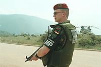30 APR 2001, EREBINO/MAZEDONIEN:<br /> Feldjaeger der Deutschen Bundeswehr mit Splitterschutzweste und Maschienenpistole sichert im deutschen Feldlager Erebino bei Tetovo den Besuches von Abgeordneten beim deutschen KFOR-Kontingent im Kosovo und Mazedonien<br /> IMAGE: 20010430-01/06-10<br /> KEYWORDS: KFOR, Soldat, Soldier, Bundeswehr, Feldjäger