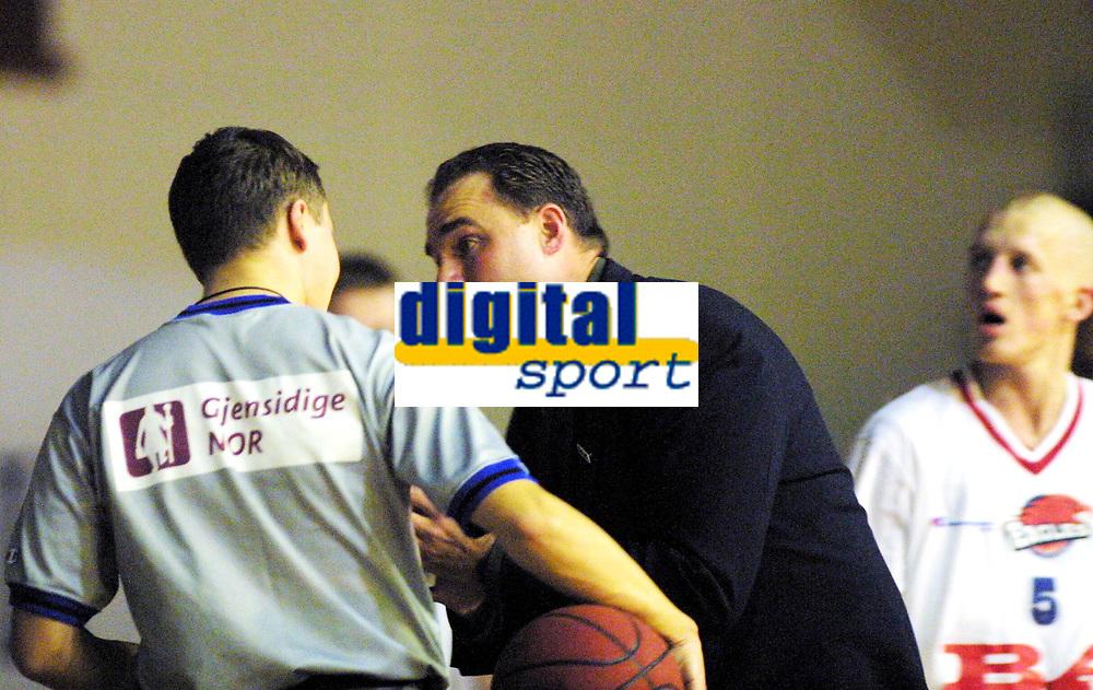 Basketball, BLNO 13. januar 2002. Kongsberghallen, Kongsberg penguins - Ulriken Eagles 61-72. David Swan, trener i Ulriken, var mer forbannet enn vanlig i gårsdagens kamp. Her får en av dommerne gjennomgå.
