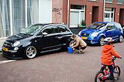 In Utrecht was een vrouw de velgen van een Fiat 500.<br /> <br /> In Utrecht a woman washes the wheels of a Fiat 500.