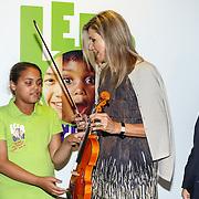 NLD/Amsterdam/20150916 - Koningin Maxima bezoekt instrumentendepot van het leerorkest in Amsterdam, Koningin Maxima overhandigt de Amalia-viool aan  aan Sanne Wiering