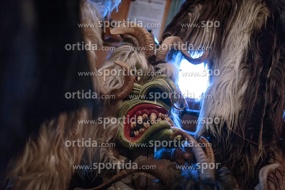 THEMENBILD - eine tradionelle alte Krampusmaske mit großen Hörnern, aufgenommen am 03. Dezember 2017, Kaprun, Österreich // a traditional old Krampus mask with big horns on 2017/12/03, Kaprun, Austria. EXPA Pictures © 2017, PhotoCredit: EXPA/ Stefanie Oberhauser