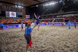 07-01-2018 NED: DELA Beach Open day 5, Den Haag<br /> Support publiek fans, sfeer, Oranje, centercourt, Serve Robert Meeuwsen NED #2