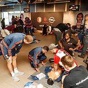 NLD/Rotterdam/20151207 - Reanimatiecursus Feyenoord selectie + bn'ers leren samen reanimeren,