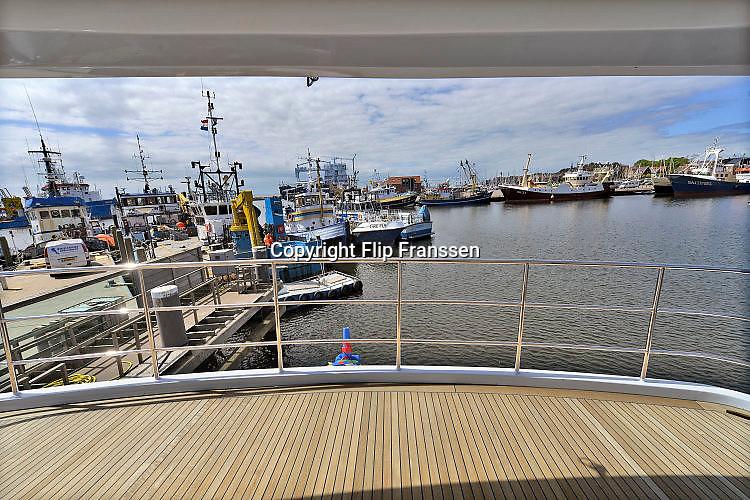 Nederland, Urk, 9-5-2017Balk Shipyard, werf voor ombouw en onderhoud aan grote jachten en kleine vissersschepen.De werf is bezig met het ombouwen van het interieur van twee jachten, en het lassen van de dekconstructie voor een nieuw schip.Foto: Flip Franssen