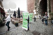 Leden van D'66 lopen door de Utrechtse binnenstad met baniers voor de aftrap van de verkiezingscampagne van de D'66 voor de Provinciale Staten.<br /> <br /> Members of the Dutch democrats D'66 are walking in Utrecht with banners for the campaign of the next elections.