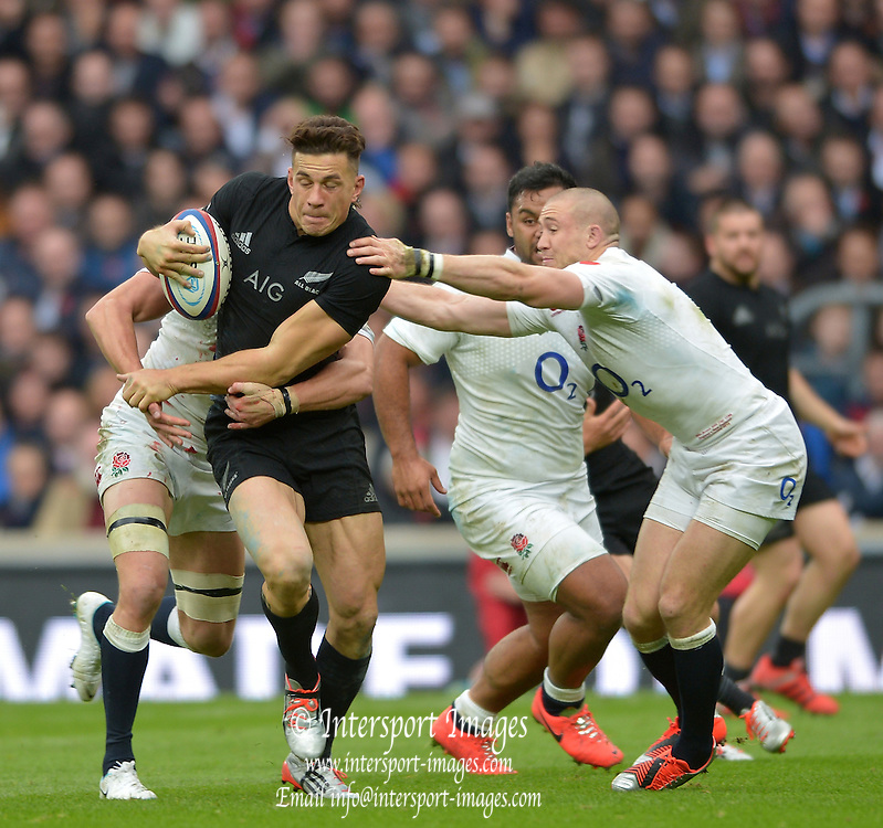 Twickenham, Great Britain, New Zealands Sonny Boy WILLIAMS, breaking through, Mike BROWN'S, challenge during the QBE Autumn Internationals, England vs New Zealand, RFU Stadium Twickenham, Surrey.  {DOW{  {DATE} [Mandatory Credit; Peter SPURRIER/Intersport Images]