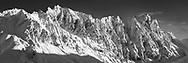 Die vereisten NW-Wände des Piz Arblatsch (3203) an einem schönen Wintertag im Januar gesehen von den Flanken des Piz Martegnas (2670) im Skigebiet von Savognin im mittelbündischen Oberhalbstein.