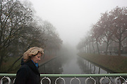 Een vrouw loopt door de dichte mist langs de Catharijnesingel in Utrecht. Vrijwel het hele land gaat gebukt onder een dikke laag mist.<br /> <br /> A woman is walking in the fog at the Catharijnesingel in Utrecht.