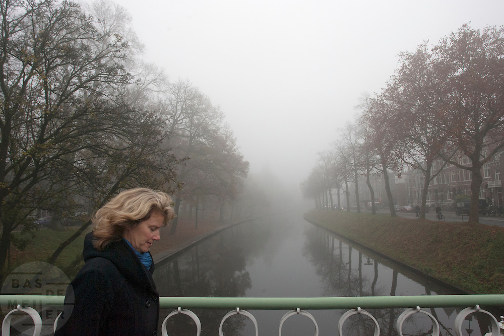 Een vrouw loopt door de dichte mist langs de Catharijnesingel in Utrecht. Vrijwel het hele land gaat gebukt onder een dikke laag mist.<br /> <br /> A woman is walking in the fog at the Catharijnesingel in Utrecht.