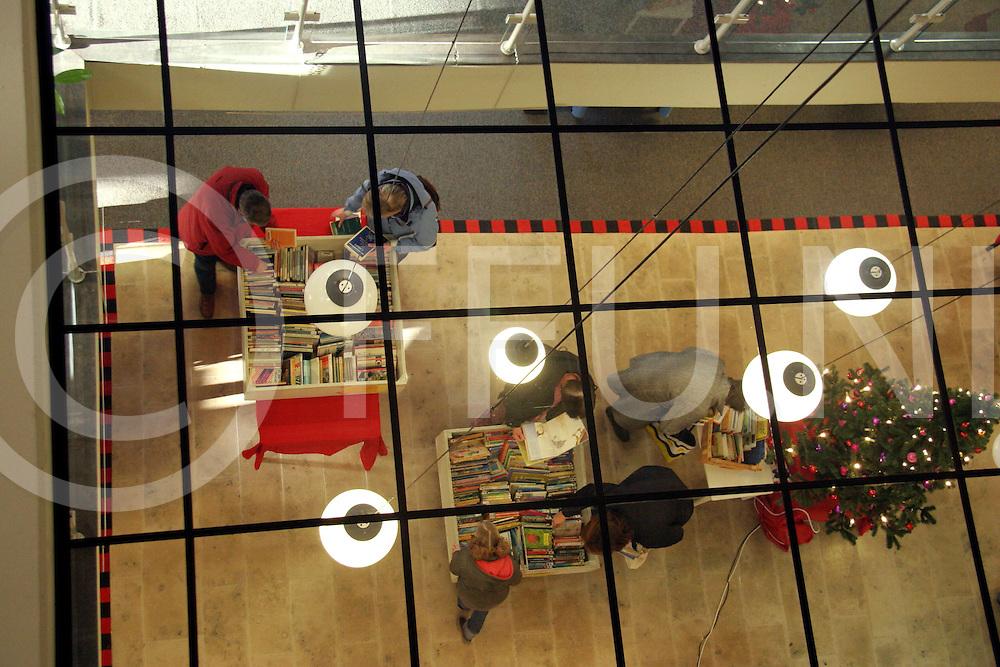 051228, ommen, ned,<br />Start verkoop afgeschreven boeken in de bibliotheek,<br />fotografie frank uijlenbroek&copy;2005 jasper van der zwan