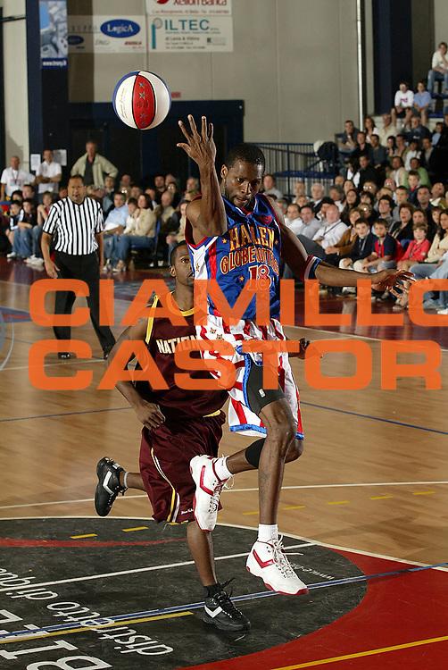 DESCRIZIONE : Biella Harlem Globetrotters Italian Tour 2006&nbsp;<br /> GIOCATORE :&nbsp;Brown<br /> SQUADRA : Harlem Globetrotters<br /> EVENTO :&nbsp;Harlem Globetrotters Italian Tour 2006&nbsp;&nbsp;<br /> GARA : Harlem Globetrotters Nationals&nbsp;<br /> DATA : 01/06/2006&nbsp;<br /> CATEGORIA :&nbsp;Passaggio<br /> SPORT : Pallacanestro&nbsp;<br /> AUTORE : Agenzia Ciamillo-Castoria/G.Cottini