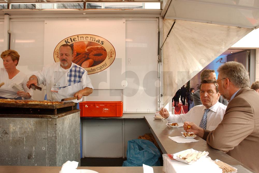 01 JUL 2003, BERLIN/GERMANY:<br /> Gerhard Schroeder (2.v.R.)), SPD, Bundeskanzler, isst am Currywurststand seine angebliche Lieblingsspeise: Currywurst, 4. Hoffest der SPD Bundestragsfraktion<br /> IMAGE: 20030701-02-006<br /> KEYWORDS: Sommerfest, Fraktionsfest, Gerhard Schröder, Wurst, Grillwurst,