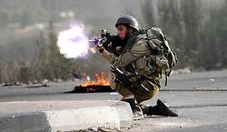 """23.10.2015, Nablus, PSE, Gewalt zwischen Palästinensern und Israelis, im Bild Zusammenstösse zwischen Palästinensischen Demonstranten und Israelischen Sicherheitskräfte // A member of Israeli security forces fires at Palestinian protesters during clashes at the Hawara checkpoint, south of the West Bank city of Nablus on October 22, 2015. Palestinian factions called for mass rallies against Israel in the occupied West Bank and East Jerusalem in a """"day of rage"""" on Friday, as world and regional powers pressed on with talks to try to end more than three weeks of bloodshed, Palestine on 2015/10/23. EXPA Pictures © 2015, PhotoCredit: EXPA/ APAimages/ Nedal Eshtayah<br /> <br /> *****ATTENTION - for AUT, GER, SUI, ITA, POL, CRO, SRB only*****"""