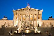 Parlamentsgebäude , Parlament bei Dämmerung, Pallas-Athene-Brunnen, Ringstraße, Wien, Österreich .|.Parliament at dusk, Pallas Athene fountain, Ringroad, Vienna, Austria..