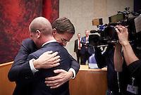 Den Haag, 13 december 2016 - Diederik Samsom en Premier Mark Rutte omhelsen elkaar in de Kamer.<br /> PvdA Tweede Kamerlid Diederik Samsom neemt afscheid van de Tweede Kamer.<br /> Foto: Phil Nijhuis