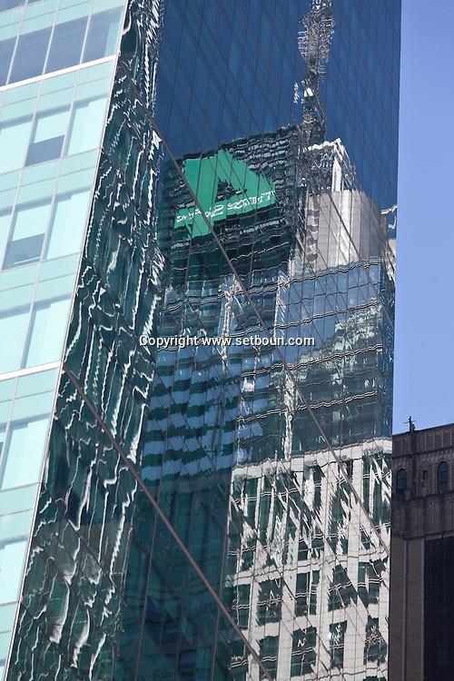 New York. Metlife building.  Conde nast building reflection on 42nd street in times square / Reflet de la tour Conde nast sur un building