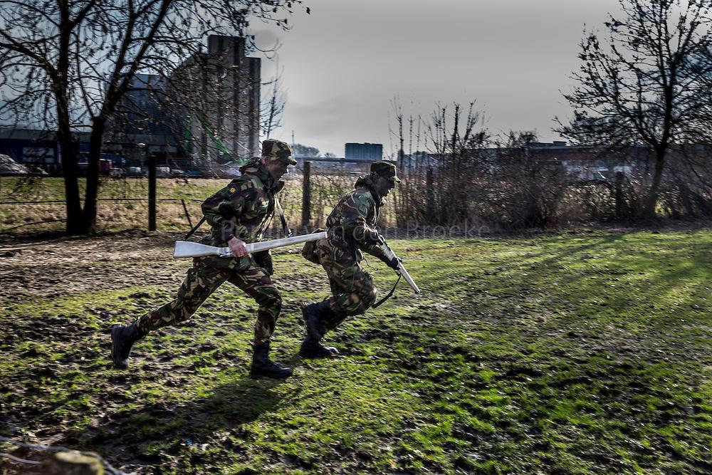 Nederland, groningen 20140205. Oefening van de opleiding VeVa (veiligheid en vakmanschap, Ministerie van Defensie) aan Pop Dijkemaweg, nabij Gerrit Krolbrug. Leerlingen in uniform met nepgeweren. foto: Pepijn van den Broeke
