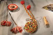 Utstillingen Stemmer fra sør – Rørossamisk samfunn og ei ny tid, Rørosmuseet Smelthytta 17. juni 2017 - 3. juni 2018.  <br /> Ny utstilling som belyser de store endringene i det samiske samfunnet tidlig på 1900-tallet. Unike gjenstander fra Norsk Folkemuseums samiske samling stilles ut for første gang i rørossamisk område!  <br /> Gïelh åarjelraedteste – Røros-saemien siebriedahke jïh orre aejkie.  Vuasahtalleme doh stoerre jarkelimmieh vuesehte mah lin saemien siebriedahkesne 1900-låhkoen aalkovisnie.<br /> Sjïere daeverh Norsk Folkemuseumen saemien våarhkoste leah voestes aejkien Røros-saemien dajvesne vuesiehtamme.