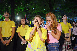 Ein Land in Trauer: Thais gedenken ihres verstorbenen Kˆnigs Bhumibol in der Hauptstadt Bangkok<br /> <br /> / 131016<br /> <br /> *** Crowds of mourners cry and pray following the announcement of the death of 88-year-old Thai King Bhumibol Adulyadej, at the patio of the Siriraj Hospital in Bangkok, where the world's longest-reigning monarch had received treatment during a long period of illness; October 13th, 2016 ***