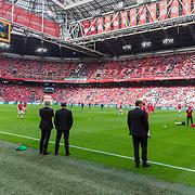 NLD/Amsterdam/20180408 - Ajax - Heracles, tariners kijken toe tijdens warming up