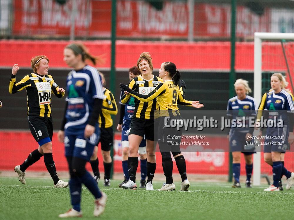 Honka juhlii maalia. Honka-Åland United. Naisten liiga, Tapiola 28.4.2007. Photo: Jussi Eskola.