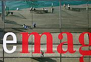 Spanje, Barcelona, 5-6-2005..Spiegbeeld in de ruiten van winkelcentrum Mare Magnum aan de haven. toerisme, economie, vakantie, stedentrip, stadsgezicht...Foto: Flip Franssen