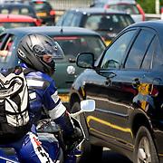 Nederland Amstelveen 8 juli 2007 Foto: David Rozing .File op de A9 ter hoogte van Amstelveen / Ouder Amstel, motor rijder zoekt naar mogelijkheid om in te voegen vanaf de vluchtstrook ..Foto David Rozing