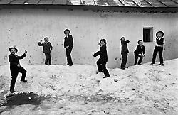 BANAT- kraj jihozapadniho Rumunska, kde ziji Cesi. Krajane osidlili  uzemi nad Dunajem priblizne okolo roku 1830. Ziji zde v romanticke, ale drsne krajine, odkazani prevazne sami na sebe, na polni a hospodarske prace. Dalsi info na www