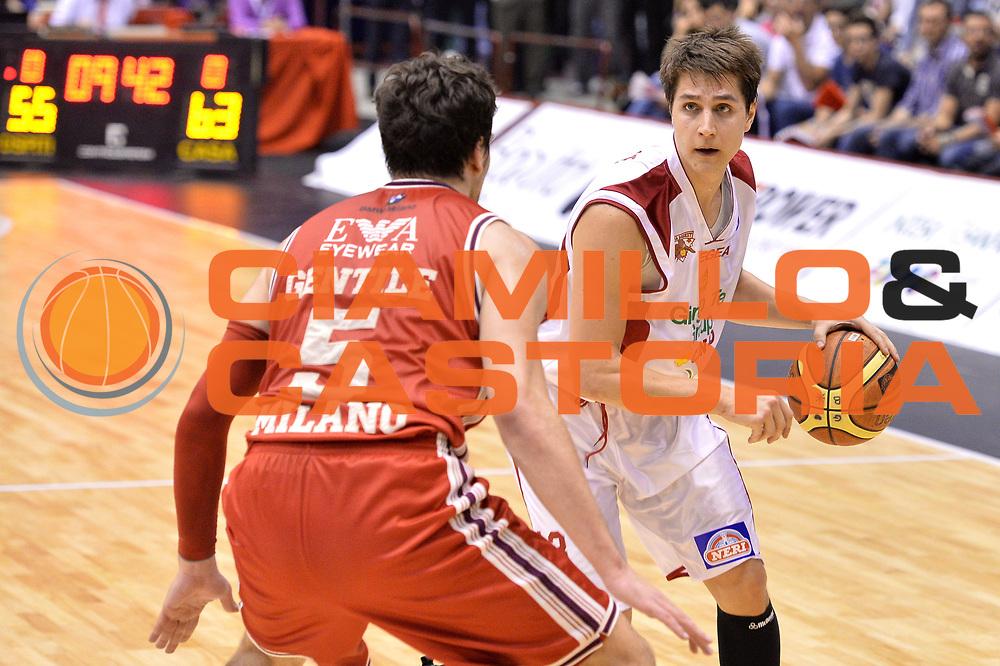 DESCRIZIONE : Campionato 2013/14 Quarti di Finale GARA 2 Olimpia EA7 Emporio Armani Milano - Giorgio Tesi Group Pistoia <br /> GIOCATORE : Cortese Riccardo<br /> CATEGORIA : Palleggio<br /> SQUADRA : Giorgio Tesi Group Pistoia<br /> EVENTO : LegaBasket Serie A Beko Playoff 2013/2014 <br /> GARA : Olimpia EA7 Emporio Armani Milano - Giorgio Tesi Group Pistoia <br /> DATA : 21/05/2014 <br /> SPORT : Pallacanestro <br /> AUTORE : Agenzia Ciamillo-Castoria / I.Mancini <br /> Galleria : LegaBasket Serie A Beko Playoff 2013/2014 <br /> Fotonotizia : Campionato 2013/14 Quarti di Finale GARA 2 Olimpia EA7 Emporio Armani Milano - Giorgio Tesi Group Pistoia Predefinita :