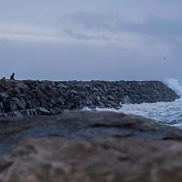 Lista  20161226.<br /> Ekstremv&aelig;ret Urd er p&aring; vei. Her kikker folk p&aring; b&oslash;lgene langs moloen p&aring; Borhaug p&aring; Lista.<br /> Foto: Tor Erik Schr&oslash;der / NTB scanpix
