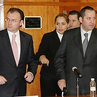 Toluca, Mex.- Luis Videgaray Caso, secretario de Finanzas del gobierno del estado y Eruviel Ávila Villegas, coordinador de la fracción legislativa del PRI, durante la entrega del paquete fiscal 2008. Agencia MVT / Arturo Rosales. (DIGITAL)<br /> <br /> NO ARCHIVAR - NO ARCHIVE