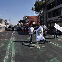 Toluca, México (Diciembre 13, 2016).- Comerciantes integrantes de Movimiento Antorchista se manifestaron cerrando la avenida Lerdo en su cruce Benito Juárez exigiendo la liberación de sus compañeros que fueron detenidos el pasado fin de semana, al igual que los dejen seguir trabajando en las calles.  Agencia MVT / Crisanta Espinosa