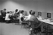 Nederland, Nijmegen, 12-9-1984Bij het rekencentrum van de universiteit kan men in een computerruimte vertrouwd raken met de pc.Foto: Flip Franssen/Hollandse Hoogte