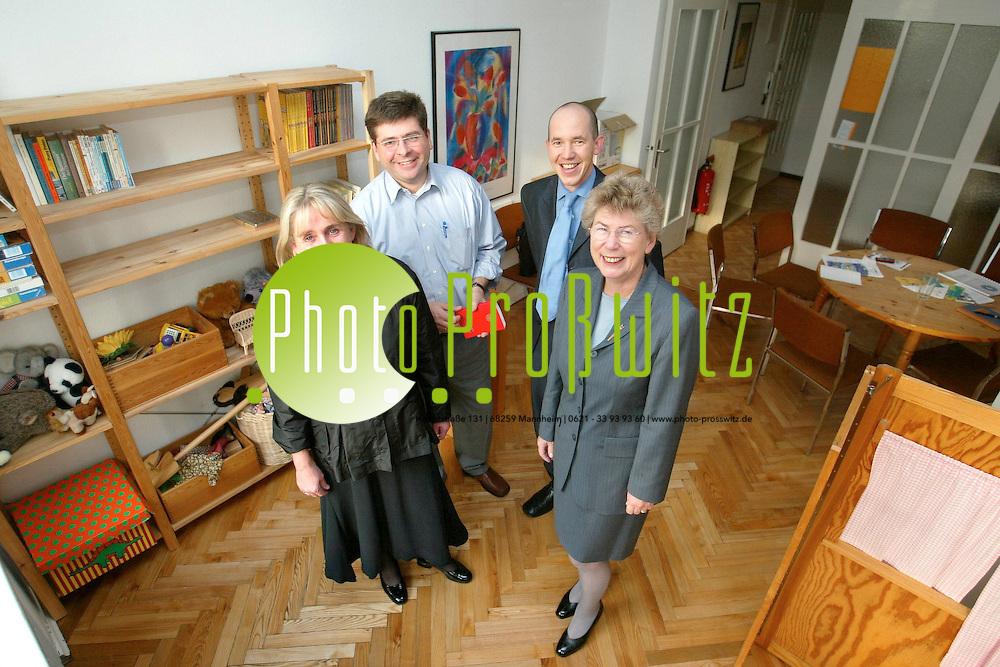 Mannheim. Kinderschutzbund stellt die renovieten R&auml;ume vor. v.l. Iris Kr&auml;mer, Markus Gasser, Vilker Schilling, Ingrid Meyer.<br /> <br /> Bild: Pro&szlig;witz