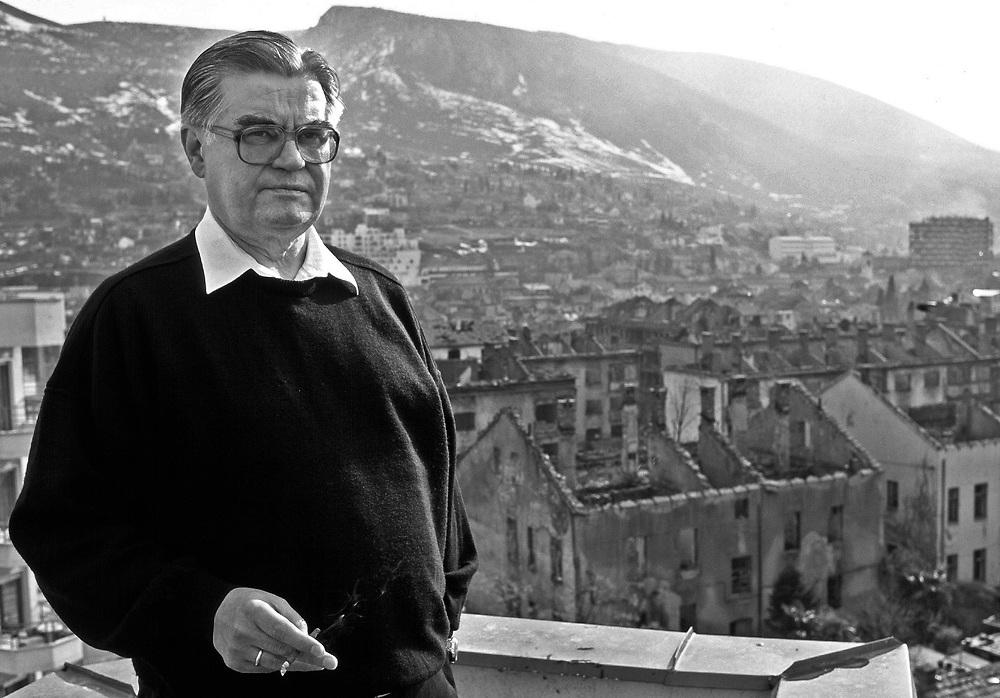 Former Yugoslavia - BOSNIA  Ehemaliges Jugoslawien; BALKAN - BOSNIEN<br />HANS KOSCHNICK, EU-Verwalter der Stadt Mostar auf dem Dach des Hotel Euro, Sitz der EU-Verwaltung im kroatischen Teil der Stadt; 14.02.1996