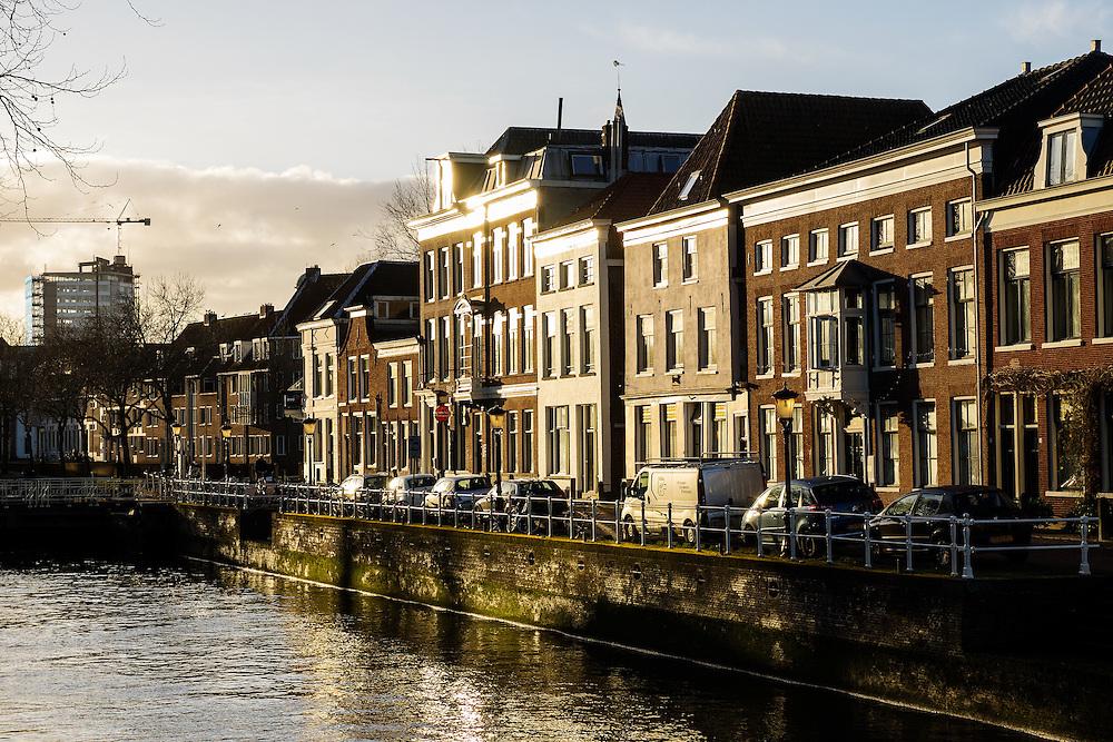 Panden aan de Bemuurde Weerd in de binnenstad van Utrecht in de zon.<br /> <br /> Houses at the Bemuurde Weerd downtown Utrecht in the sun.