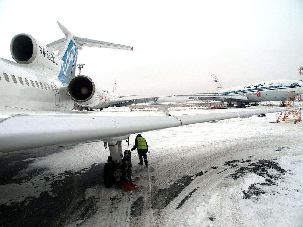 Mechaniker kontrolliert die Reifen einer Tupolev 154M nach der Landung auf dem  Flughafen Nowosibirsk-Tolmatschowo.<br /> <br /> Mechanic is checking the wheels of a Tupolev 154M after landing at the airport Nowosibirsk-Tolmatschowo.