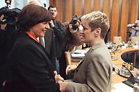 17 JAN 2001, BERLIN/GERMANY:<br /> Ulla Schmidt, SPD, Bundesgesundheitsministerin, und Renate Kuenast, B90/Gruene, Verbraucherschutzministerin, im Gespraech, vor Beginn der Kabinettsitzung, Bundeskanzleramt<br /> IMAGE: 20010117-01/01-17<br /> KEYWORDS: Kabinett, Renate Künast, Gespräch