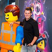 NLD/Utrecht/20190203- Première De LEGO Film 2, Kees Tol met een lego pop