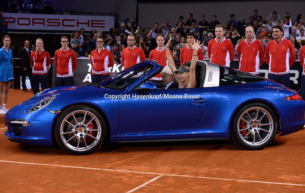 Porsche Grand Prix 2014 in Stuttgart, internationales WTA Damen Tennis Turnier, Porsche Arena,Siegerin Maria Sharapova (RUS) streckt die Hände in die Luft und jubelt in ihrem gewonnenen Porsche.