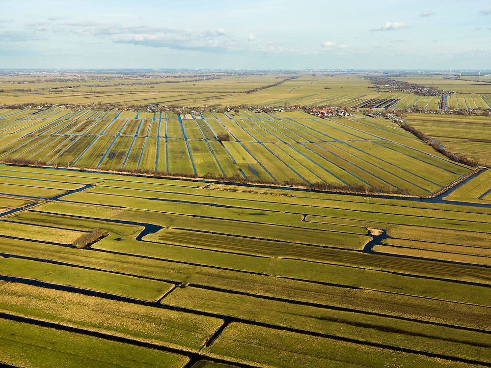 Nederland, Zuid-Holland, Gemeente Vlist, 20-02-2012; Krimpenerwaard met Polder Bovenkerk en Polder.Vlist Westzijde. Op het tweede plan Vlist, dijkdorp met de lintbebouwing langs het gelijknamige veenriviertje. Achter het dorp de Polder Vlist Oostzijde. Kenmerkend voor de inrichting van de polder zijn de regelmatig gevormde ontginningsblokken, zogeheten cope-ontginningen..Krimpenerwaard with various polders. Characteristic for the 'design' of the polder are the regularly shaped reclamation blocks, known as cope reclamations. The village, build on a dike of a small stream through the bogs, is example of ribbon (linear) development..luchtfoto (toeslag), aerial photo (additional fee required);.copyright foto/photo Siebe Swart.
