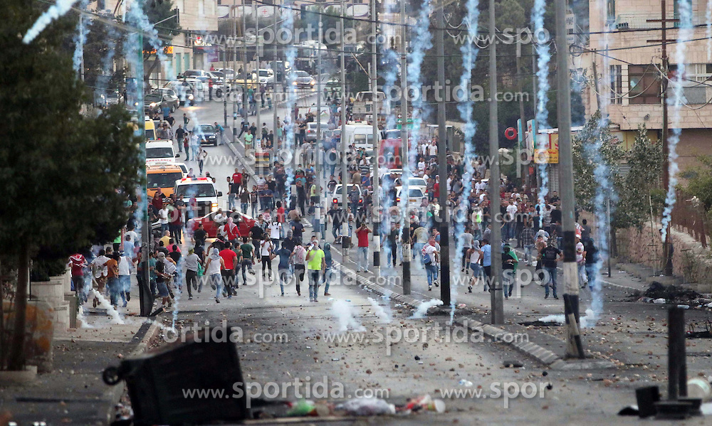16.10.2015, Bethlehem, PSE, Gewalt zwischen Pal&auml;stinensern und Israelis, im Bild Zusammenst&ouml;sse zwischen Pal&auml;stinensischen Demonstranten und Israelischen Sicherheitskr&auml;fte // Palestinian protesters run for cover from tear gas during clashes with Israeli security forces at the main entrance of the West Bank city of Bethlehem on October 16, 2015. The unrest that has engulfed Jerusalem and the occupied West Bank, the most serious in years, has claimed the lives of 35 Palestinians and seven Israelis. The tension has been triggered in part by Palestinians' anger over what they see as increased Jewish encroachment on Jerusalem's al-Aqsa mosque compound, Palestine on 2015/10/16. EXPA Pictures &copy; 2015, PhotoCredit: EXPA/ APAimages/ Muhesen Amren<br /> <br /> *****ATTENTION - for AUT, GER, SUI, ITA, POL, CRO, SRB only*****