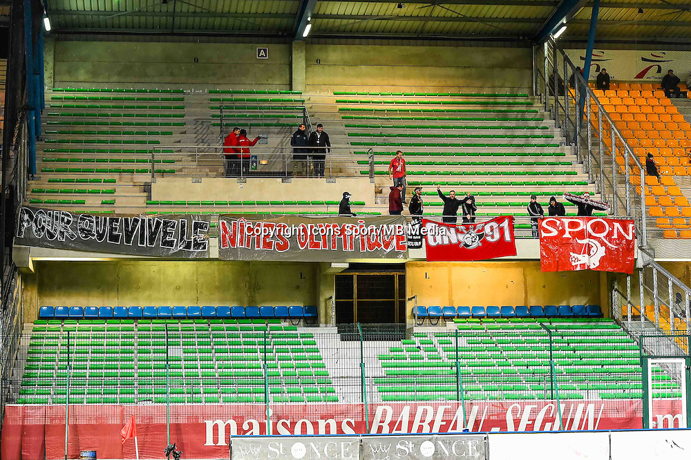 Banderoles Supporters Nimes  - 15.12.2014 - Troyes / Nimes - 17e journee Ligue 2<br /> Photo : Fred Porcu / Icon Sport