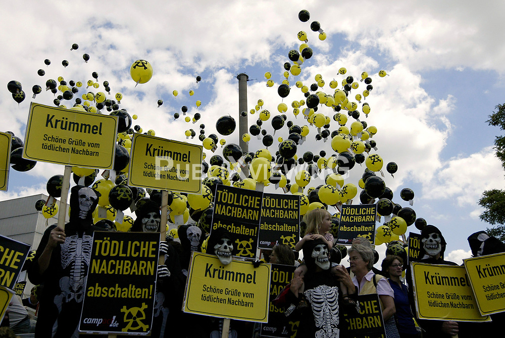 13 000 Luftballons der Umweltschutzorganisation Campact starten vorm Atomkraftwerk Krümmel.