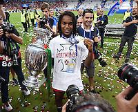 FUSSBALL EURO 2016 FINALE IN PARIS  Portugal - Frankreich     10.07.2016 Renato Sanches (Portugal) mit EM Pokal und Goldmedaille umringt von Fotografen