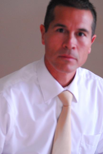 German Silva, professional, fine art, journalistic wedding and special event photographer.  Yellow tie.  Soft focus.<br /> <br /> Photographe de mariage et d'&eacute;v&eacute;nements sp&eacute;ciaux.